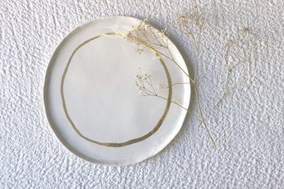 Vaisselle dorée revisitée par Fanny Richard, céramiste