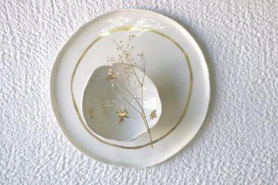 Assiette et bol dorés ; une réinterprétation de lavaisselle dorée par Fanny Richard, céramiste