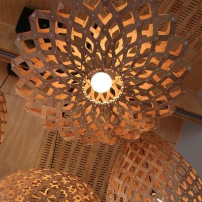 MOAROOM -flax-suspension-luminaire-bois-sphere-bamboo-abat-jour-luminaire-lampe-design-trubridge-moaroom-contemporaine-moderne